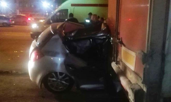 Пассажир иномарки, въехавшей вНижнекамске под фуру, находится в клинике