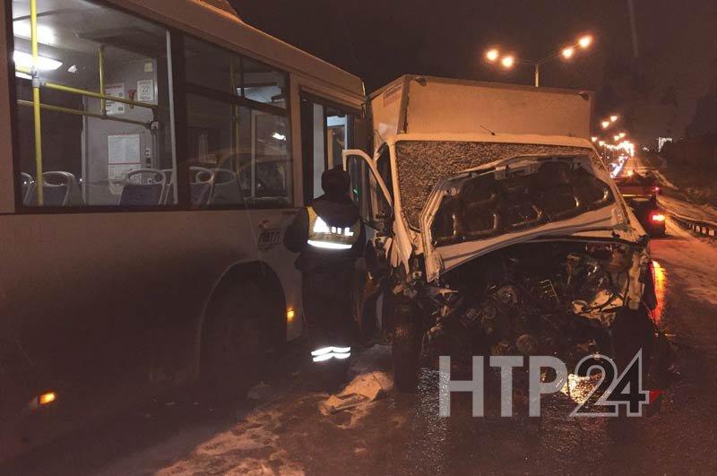 Натрассе вНижнекамске столкнулись фургоны, автобусы иавтомобили