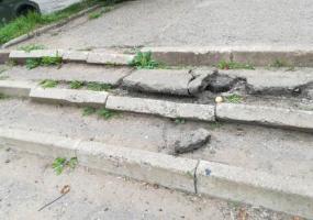 Нижнекамцы жалуются на лестницу около школы и футбольное поле возле гимназии