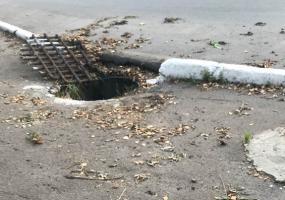 В Нижнекамске прямо на тротуаре открыт водосток
