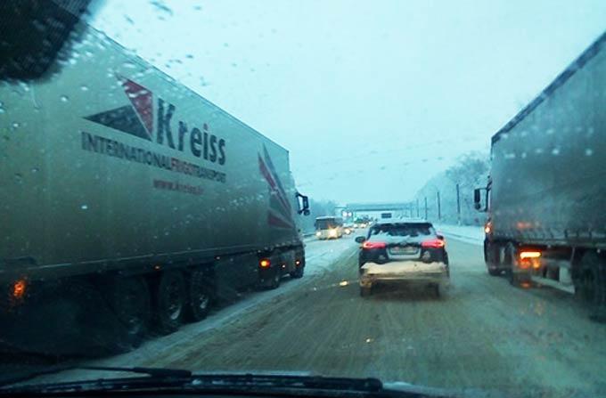 В Нижнекамске из-за непогоды на дорогах начались заторы, таксисты подняли цены