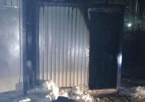 В Нижнекамске на территории промышленной зоны сгорел строительный вагончик