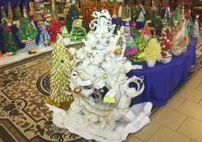 В Нижнекамске на конкурсе «Елочка, живи!» показали елки из ложек, вилок, шурупов и втулок