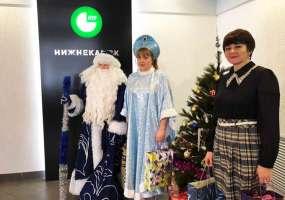 Сказочные персонажи из детсада №15 принесли подарки для акции «Стань Дедом Морозом!»