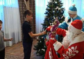 В нижнекамском детдоме Деда Мороза НТР встретили танцами и стихами собственного сочинения
