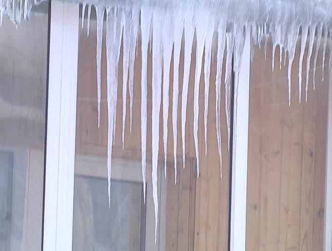 Жителям Нижнекамска напомнили об их обязанности сбивать сосульки с балконов