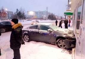 В Нижнекамске автомобиль врезался в павильон, торгующий шаурмой