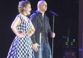 Корреспондент телеканала НТР 24 спела на «Своей колее» дуэтом с Гошей Куценко