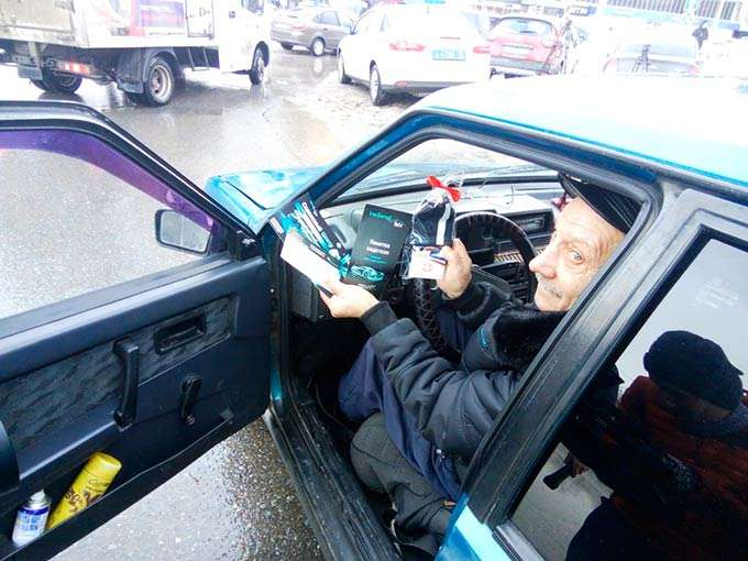 Сотрудники ГИБДД поздравили нижнекамских водителей с 23 февраля
