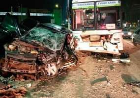 "В Нижнекамске легковушка врезалась в ""Нефаз"", три человека пострадали"