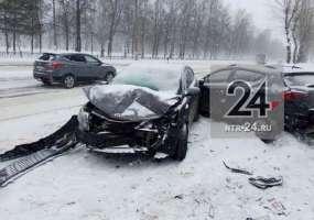 В Нижнекамске иномарка врезалась в припаркованный автомобиль на пр.Химиков
