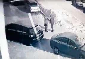 В Нижнекамске неизвестный, обнимавшийся с девушкой, повредил чужой автомобиль