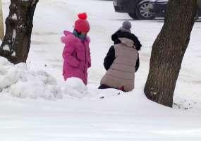 Дети одного из домов Нижнекамска вынуждены играть на развалившейся сцене