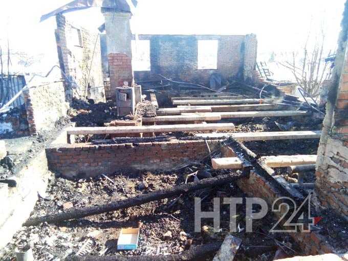 Появились фотографии с места пожара в Шереметьевке, где неизвестные избили хозяйку и подожгли ее дом