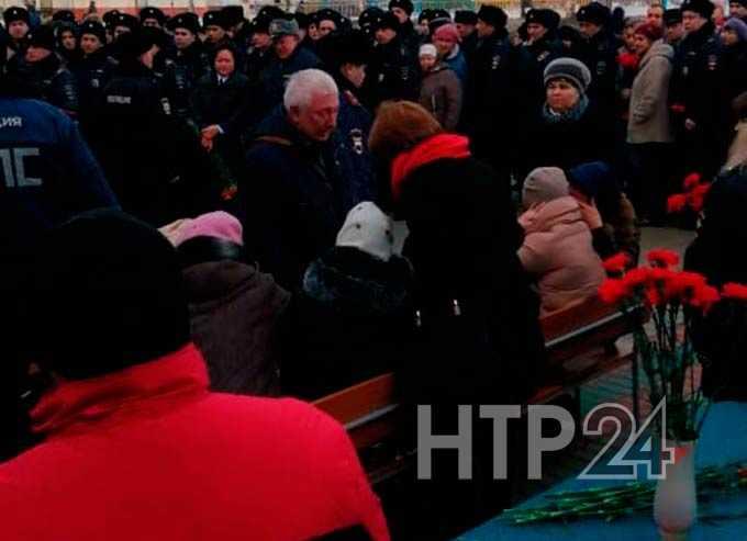 В Нижнекамске прощаются с погибшим полицейским Динаром Саматовым