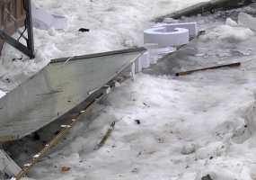 Жилищники пояснили, на кого подавать в суд за разбитое ледяной глыбой крыльцо офиса