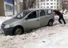 В нижнекамских дворах из-за весеннего потепления машины вязнут в снежной каше