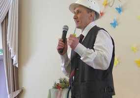 В Нижнекамске незрячий электрик спел на конкурсе среди слабовидящих шуточную песню о своей профессии