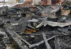 В Нижнекамском районе неизвестные подожгли дом с находящейся внутри хозяйкой