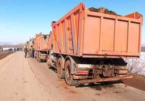 Жители села Прости перекрыли дороги грузовикам на полигон, загоревшийся осенью 2018 года