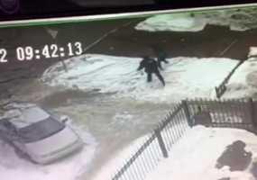 Появилось видео нападения на нижнекамского полицейского с камер наблюдения