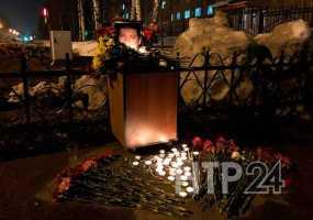 Нижнекамцы приносят цветы к месту гибели полицейского
