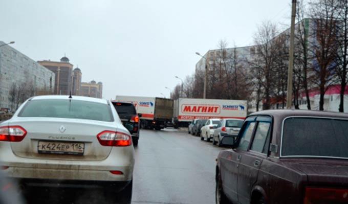 В Нижнекамске большегруз с прицепом каждое утро затрудняет движение на проспекте Химиков