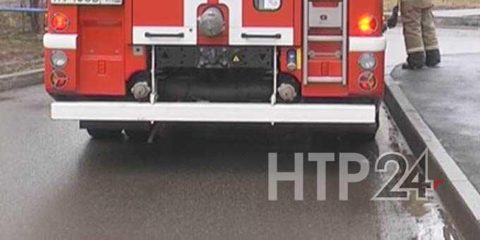 Пожарная машина застряла в 20 метрах от горящей квартиры