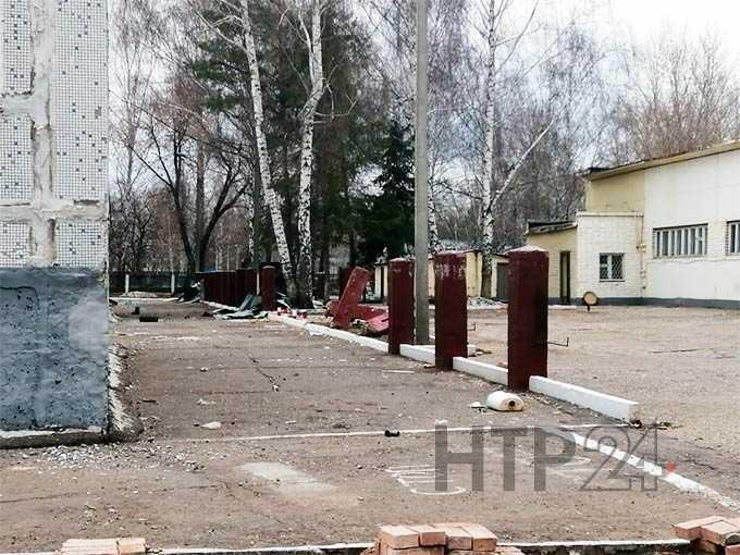 В Нижнекамске молодежь и любители спиртного начали разрушать бывшее здание войсковой части