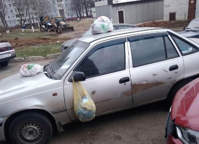 В Нижнекамске жильцы дома отомстили водителю, перекрывшему проезд к мусорному контейнеру