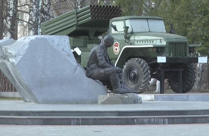 #ЧистоТУТ: руководители ЖКХ Нижнекамска навели порядок около памятника воинам-интернационалистам