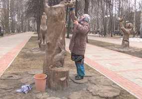 Фигуры сказочных персонажей в нижнекамском парке Тукая заблестели после пенсионеров