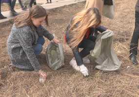 Ученики школы и жители мкрн. №35 в Нижнекамске привели в порядок пустырь