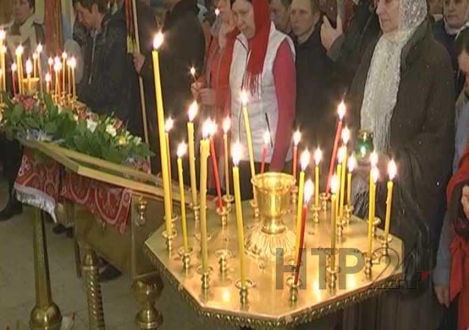 В православные храмы Нижнекамска «прибыл» Благодатный огонь