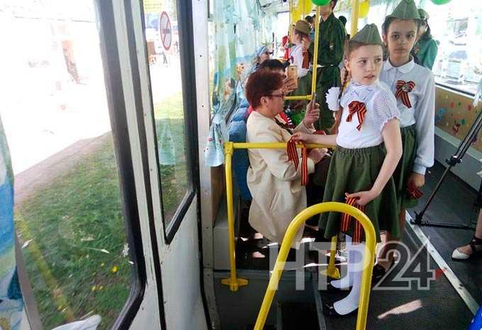 По Нижнекамску под «Катюшу» проехал «Трамвай памяти»