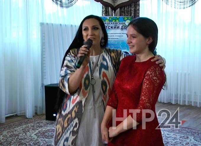 Заслуженная артистка Татарстана «подарила тепло» воспитанникам детского дома Нижнекамска