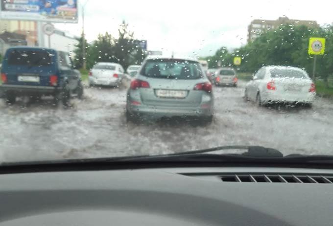 Нижнекамцы выкладывают в соцсетях фото и видео затопленных дождем улиц
