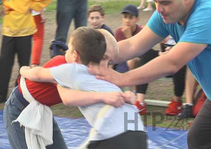 В Нижнекамске ученики школы №29 и жители микрорайоне провели Сабантуй