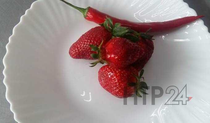 Жительница Татарстана съела клубнику с червями-нематодами