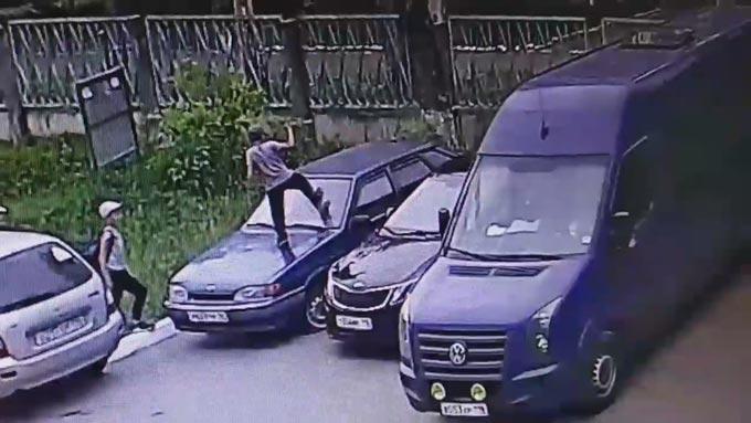 В Нижнекамске дети, пытающиеся разбить машину, попали на камеру видеонаблюдения