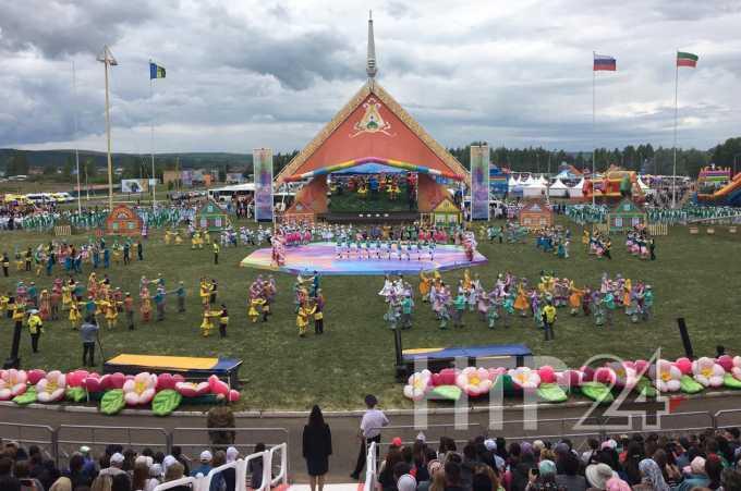 В Нижнекамске гостям Сабантуя показали древнюю свадебную традицию