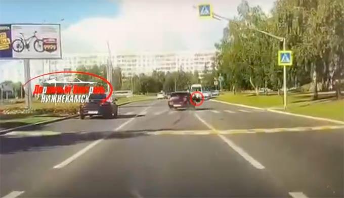 Выжил только чудом: появилось видео столкновения велосипедиста с автомобилем в Нижнекамске