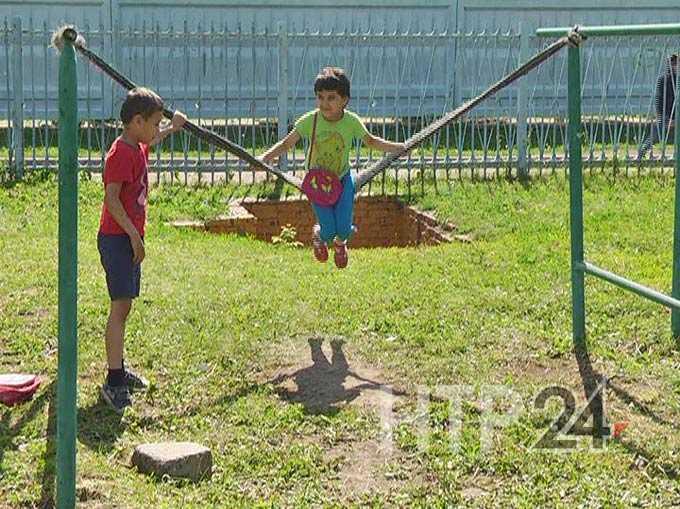В Нижнекамске дети своими руками смастерили качели на непригодной для игр площадке