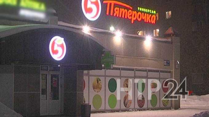 На видео сняли, как сотрудница «Пятерочки» напала на покупательницу
