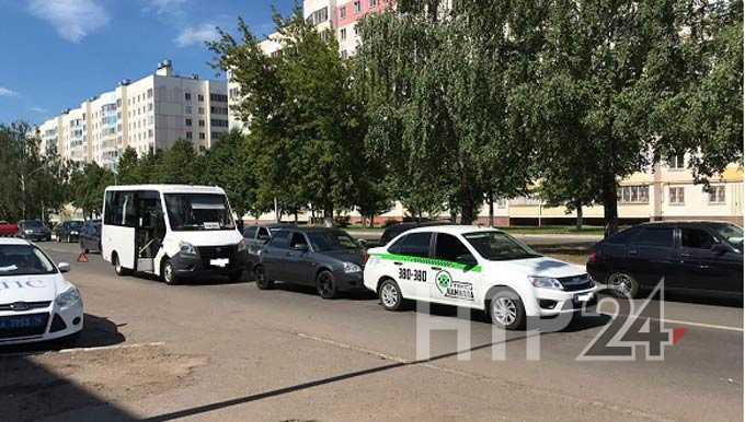 В Нижнекамске водитель маршрутки собрал «паровозик» на ул.Студенческой