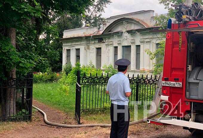 В Нижнекамске загорелся дом купцов Стахеевых