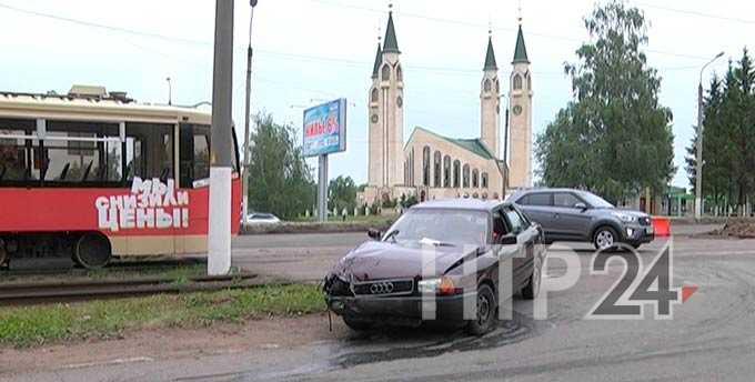 Нижнекамский водитель автомобиля на полчаса заблокировал движение трамваев