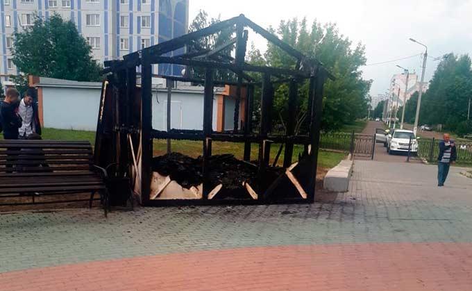 В Нижнекамске после празднования Дня молодежи загорелся ларек в парке Нефтехимиков