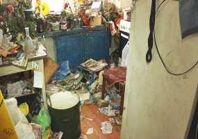 «Это не мусор. Это история» - почему жительница Нижнекамска собирает мусор и обливает двери соседей кефиром