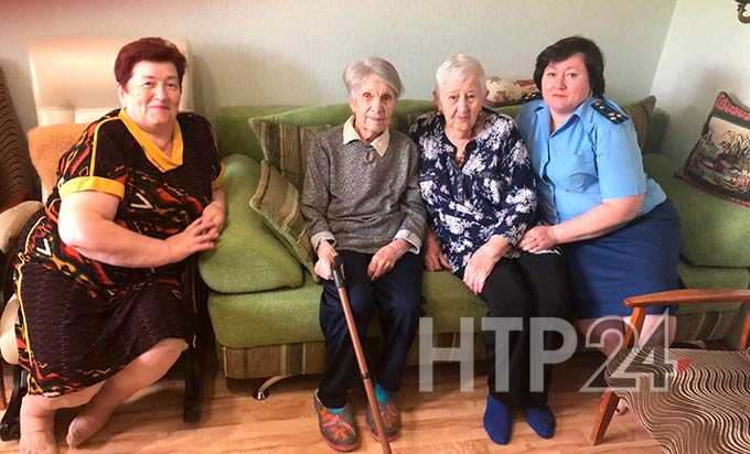 Прокурор Нижнекамска поздравила с юбилеем бабушку-фронтовика